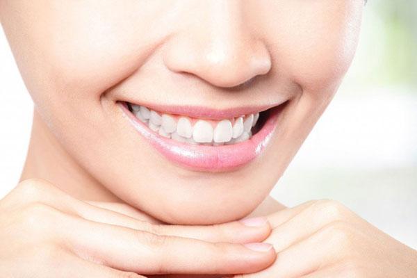 Безопасно ли проводить отбеливание зубов